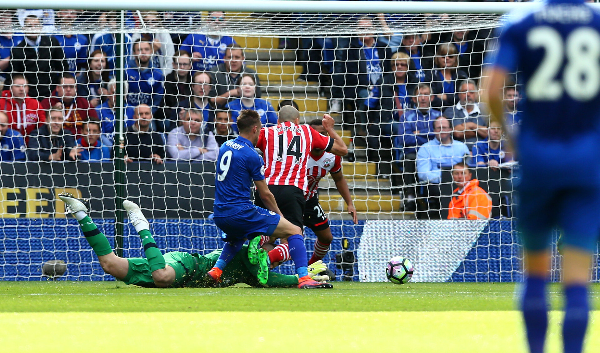 Fraser Forster denies Jamie Vardy  during the Premier League match between Leicester City and Southampton at the King Power Stadium, Leicester, England on 2 October 2016. Photo by Matt  Watson/SFC/Digital South.