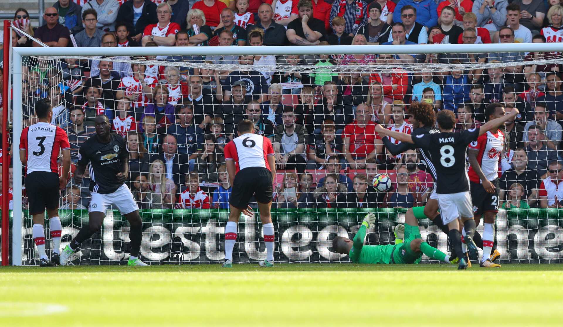 SOUTHAMPTON, ENGLAND - SEPTEMBER 23: Romelu Lukaku of Manchester United scores the opening goal during the Premier League match between Southampton and Manchester United at St Mary's Stadium on September 23, 2017 in Southampton, England. (Photo by Matt Watson/Southampton FC via Getty Images)