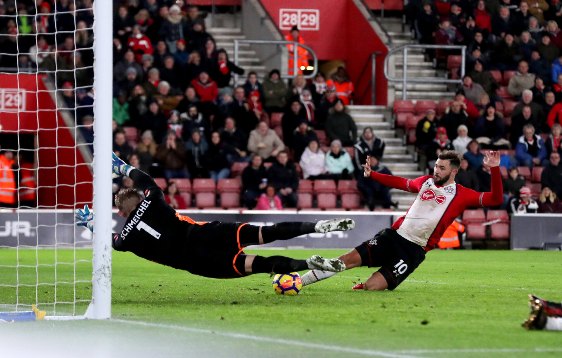 SOUTHAMPTON, ENGLAND - DECEMBER 13: Southampton's Charlie Austin is denied by Kasper Schmeichel during the Premier League match between Southampton and Leicester City at St Mary's Stadium on December 13, 2017 in Southampton, England. (Photo by Matt Watson/Southampton FC via Getty Images)