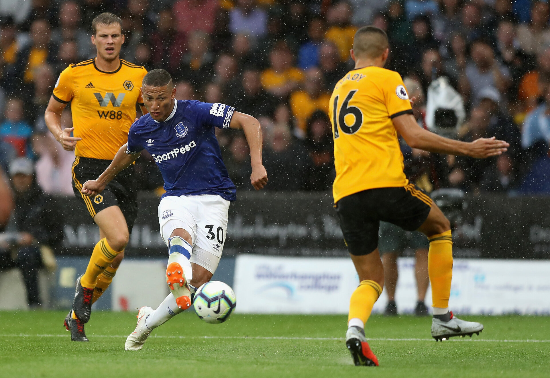 WOLVERHAMPTON, ENGLAND - AUGUST 11:  Richarlison of Everton scores his and Everton's second goal during the Premier League match between Wolverhampton Wanderers and Everton FC at Molineux on August 11, 2018 in Wolverhampton, United Kingdom.  (Photo by David Rogers/Getty Images)