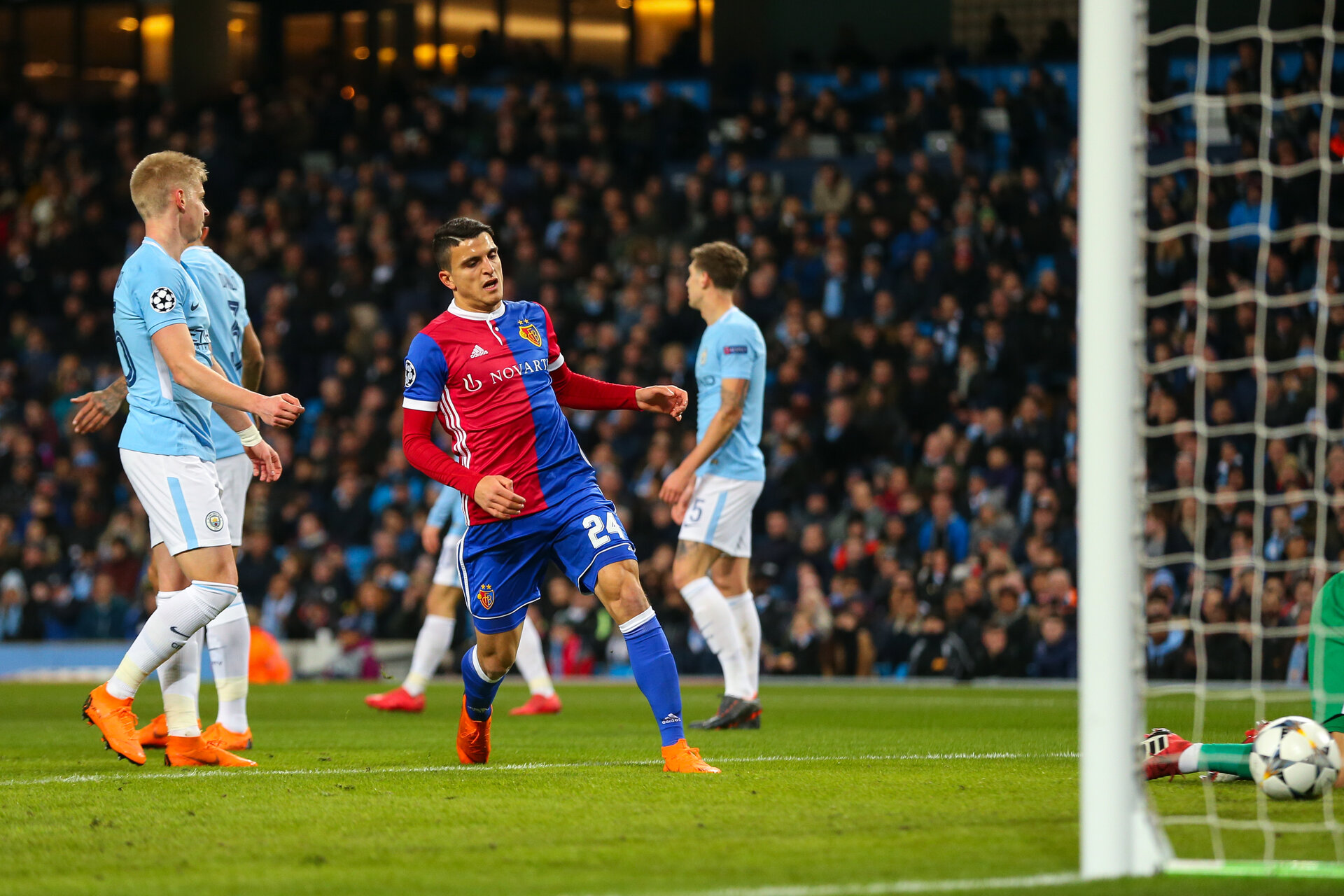 MANCHESTER, ENGLAND - MARCH 07: Mohamed Elyounoussi of FC Basel scores a goal to make it 1-1 during the UEFA Champions League Round of 16 Second Leg match between Manchester City and FC Basel at Etihad Stadium on March 7, 2018 in Manchester, United Kingdom. (Photo by Robbie Jay Barratt - AMA/Getty Images)