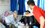 SOUTHAMPTON, ENGLAND - APRIL 17: Shane Long (right) of Southampton FC visits Southampton General Hospital pictured with patients and staff on April 17, 2019 in Southampton, England. (Photo by James Bridle - Southampton FC/Southampton FC via Getty Images)