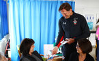 SOUTHAMPTON, ENGLAND - APRIL 17: Ralph Hasenhuttl (right) of Southampton FC visits Southampton General Hospital pictured with patients and staff on April 17, 2019 in Southampton, England. (Photo by James Bridle - Southampton FC/Southampton FC via Getty Images)