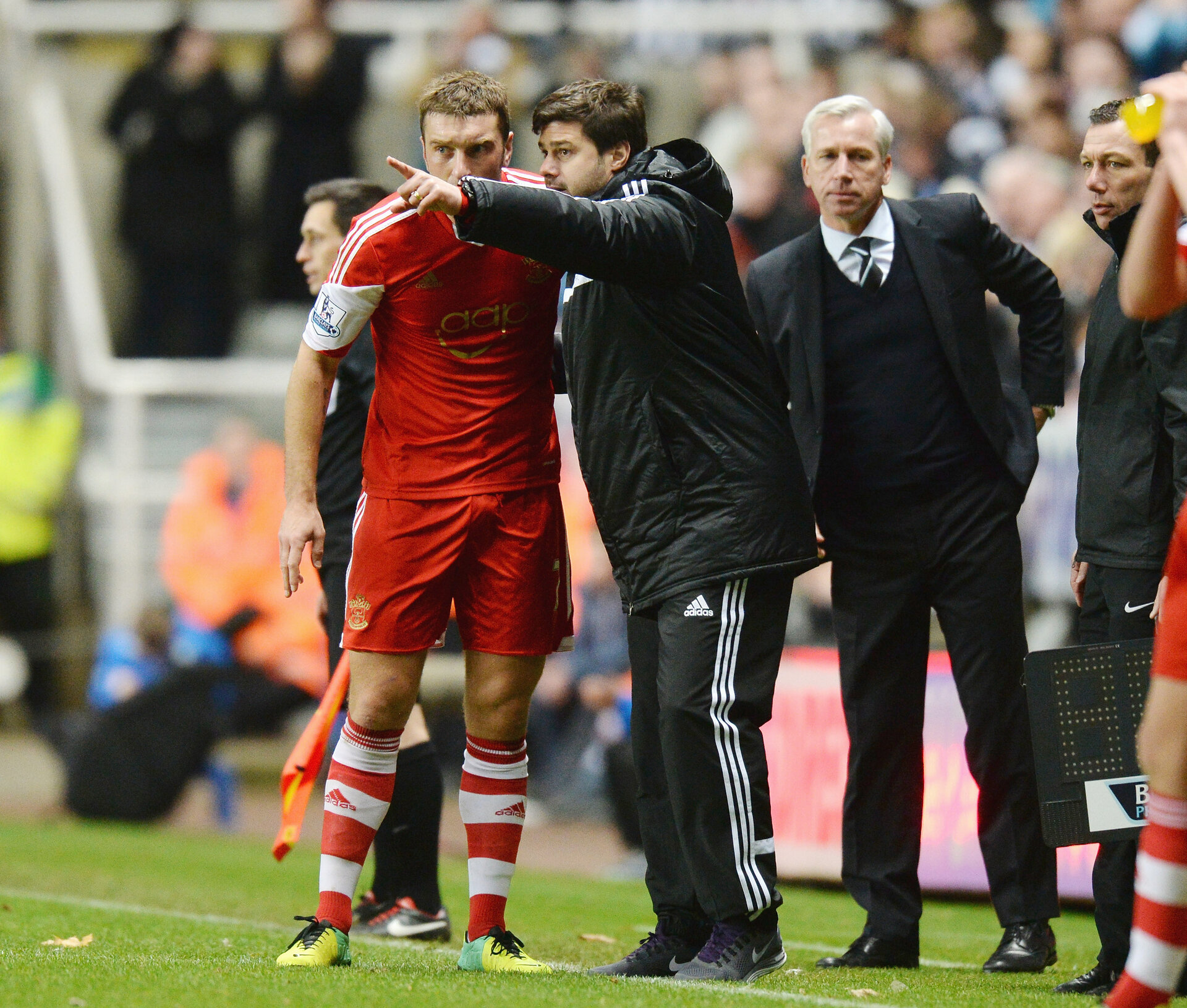 NEWCASTLE UPON TYNE, ENGLAND - DECEMBER 14:  Mauricio Pochettino, manager of Southampton gives instructions to Ricky Lambert of Southampton during the Barclays Premier League match between Newcastle United and Southampton at St James' Park on December 14, 2013 in Newcastle upon Tyne, England.  (Photo by Tony Marshall/Getty Images)