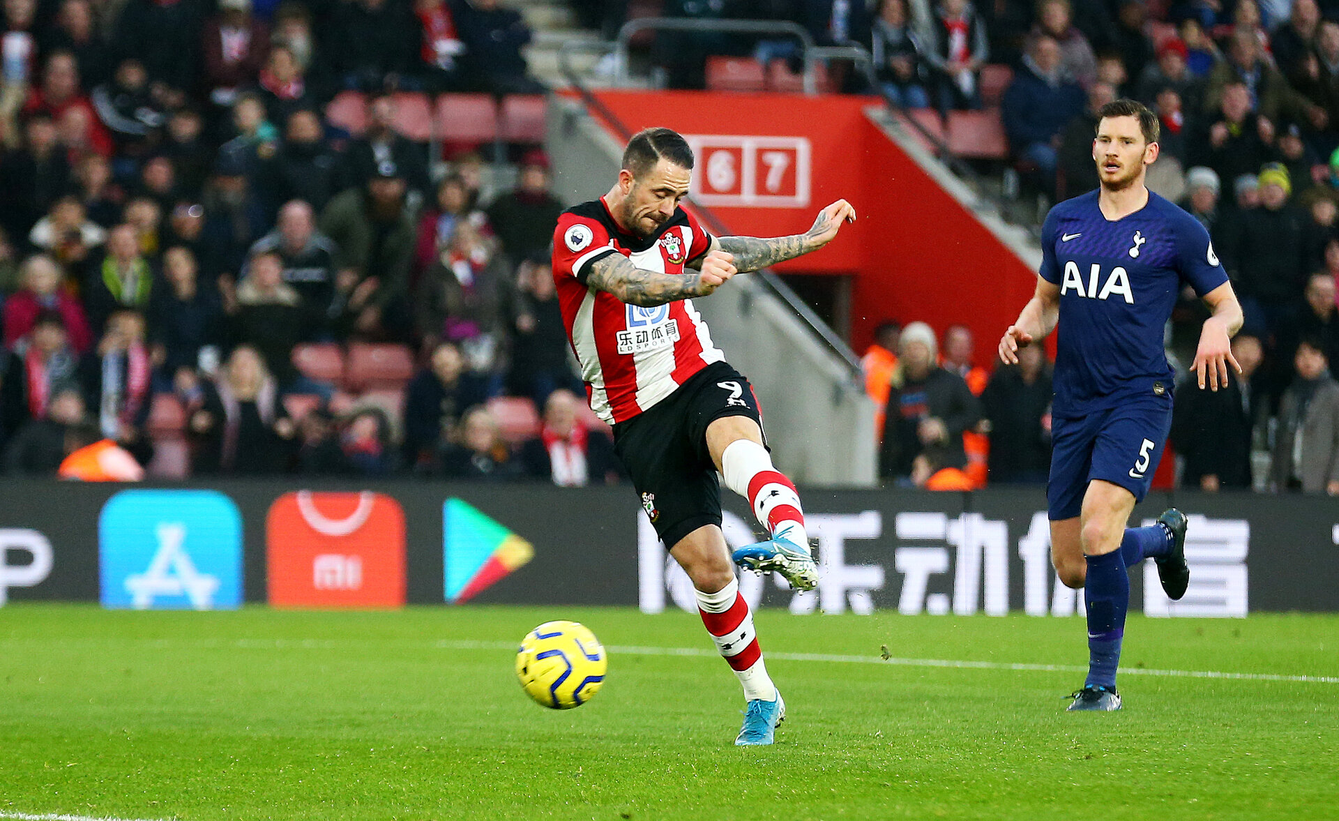 SOUTHAMPTON, ENGLAND - JANUARY 01: Danny Ings of Southampton opens the scoring during the Premier League match between Southampton FC and Tottenham Hotspur at St Mary's Stadium on January 01, 2020 in Southampton, United Kingdom. (Photo by Matt Watson/Southampton FC via Getty Images)