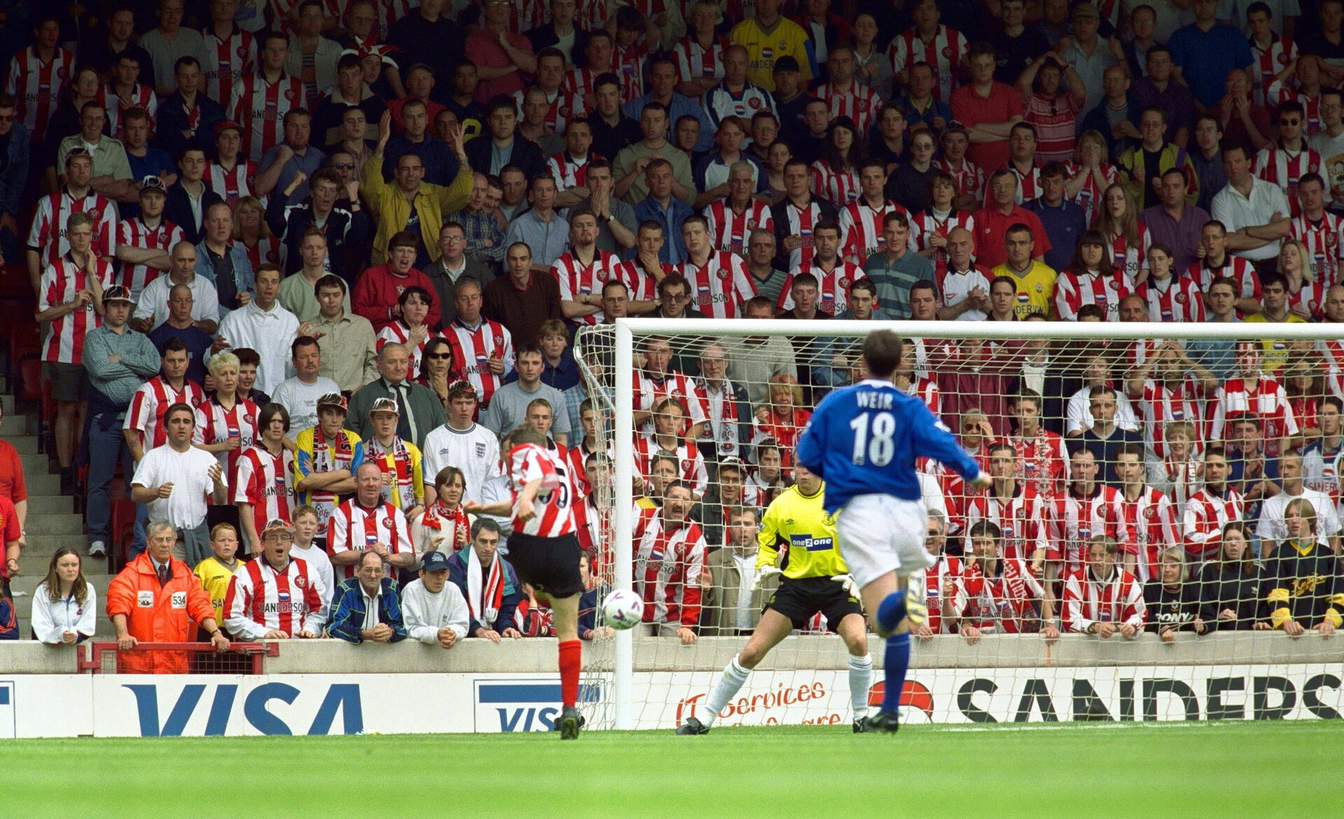 Southampton v Everton 16/5/99 F.A.Premier League  Mandatory Credit: Action Images/Alex Morton  The crowd stand to see if Southampton's James Beattie's shot is going to be a goal