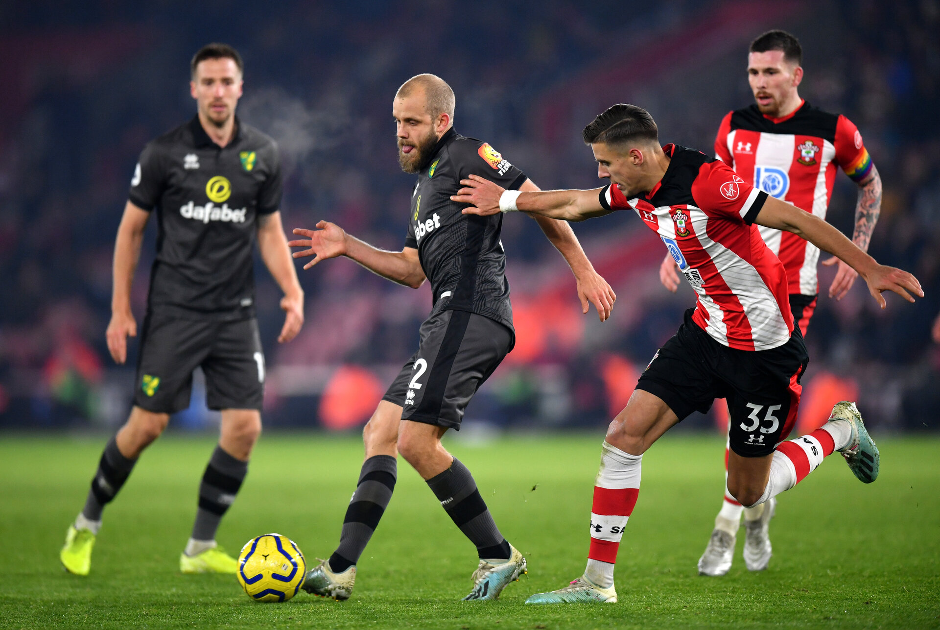 SOUTHAMPTON, ENGLAND - DECEMBER 04: Teemu Pukki of Norwich City battles for possession with Jan Bednarek of Southampton during the Premier League match between Southampton FC and Norwich City at St Mary's Stadium on December 04, 2019 in Southampton, United Kingdom. (Photo by Dan Mullan/Getty Images)