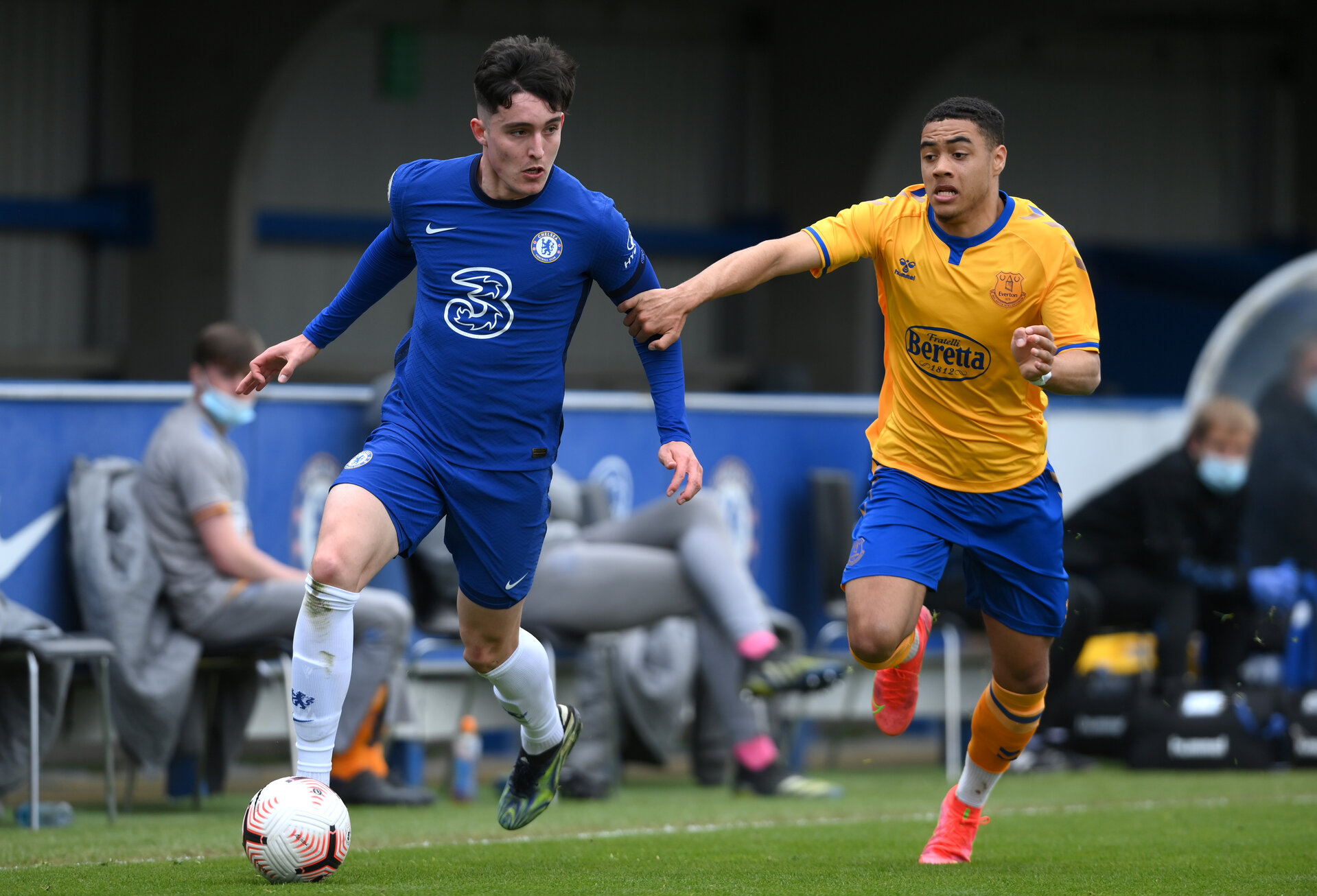 KINGSTON UPON THAMES, ENGLAND - APRIL 15: Valentino Livramento of Chelsea battles for possession with Lewis Dobbin of Everton during the FA Youth Cup Fourth round match between Chelsea and Everton at Kingsmeadow on April 15, 2021 in Kingston upon Thames, England. Sporting stadiums around the UK remain under strict restrictions due to the Coronavirus Pandemic as Government social distancing laws prohibit fans inside venues resulting in games being played behind closed doors. (Photo by Mike Hewitt/Getty Images)