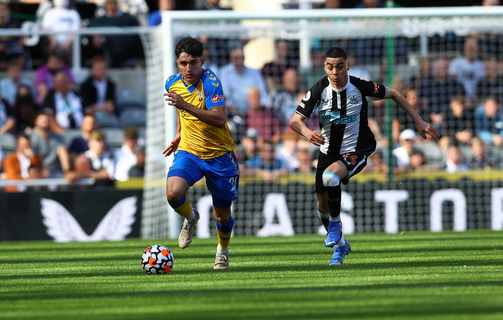 NEWCASTLE UPON TYNE, ENGLAND - AUGUST 28: Tino Livramento(L) of Southampton and Miguel Almiron of Newcastle during the Premier League match between Newcastle United  and  Southampton at St. James Park on August 28, 2021 in Newcastle upon Tyne, England. (Photo by Matt Watson/Southampton FC via Getty Images)